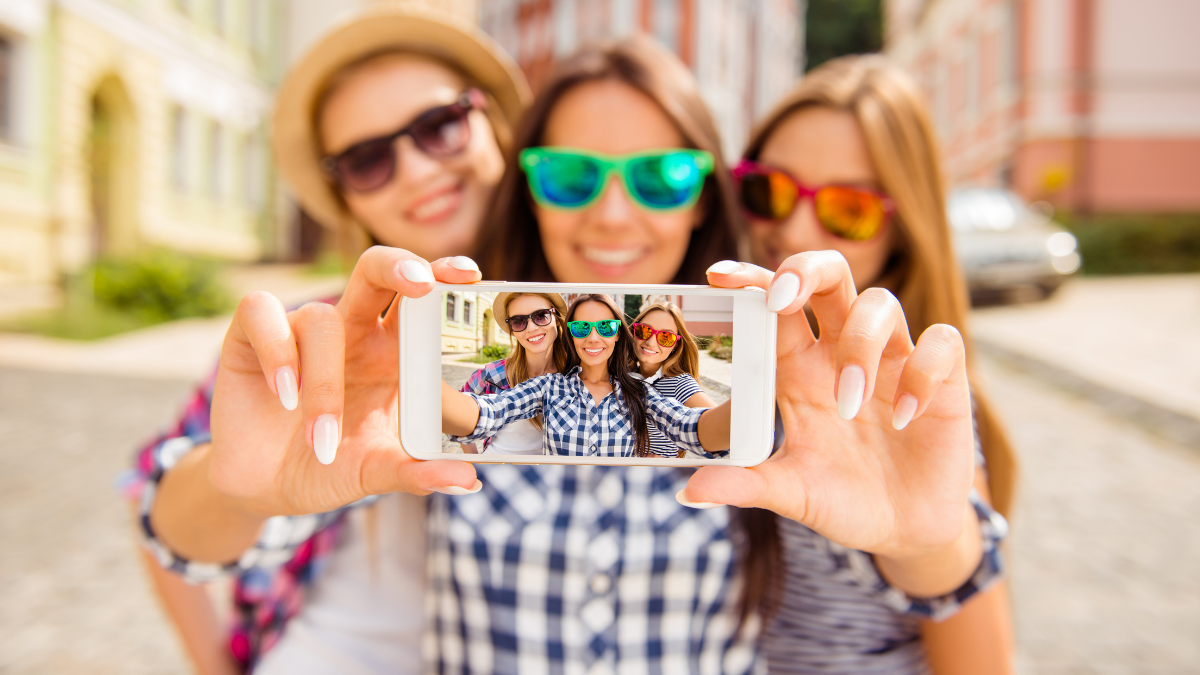 finfluencers taking selfie